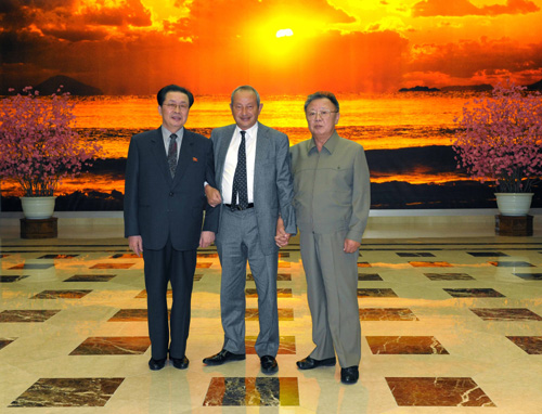 Jang Song Thaek (stanga), Naguib Sawiris (centru) si Kim Jong Il (dreapta) North Korea on Jan. 23, 2011