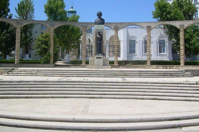 statuia eminescu