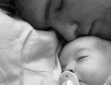 Un tătic din Constanța încasează 38.000 de euro, indemnizație pentru creșterea copilului
