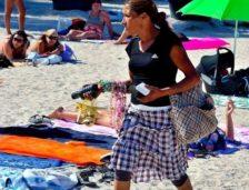 Deși nu prea a fost soare, plaja Mamaia s-a umplut de vânzători ambulanți!