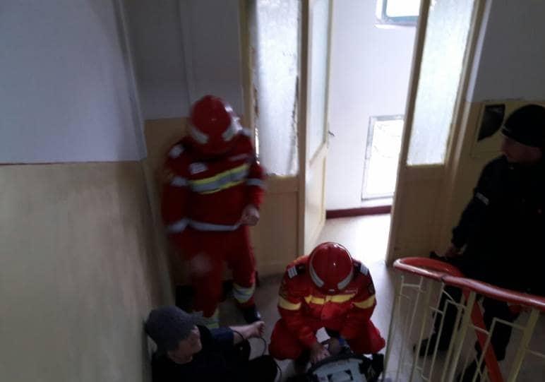 constanta-interventie-a-pompierilor-si-medicilor-smurd-incendiu-intr-un-apartament-o-femeie-a-lesinat-pe-scari-foto-150015