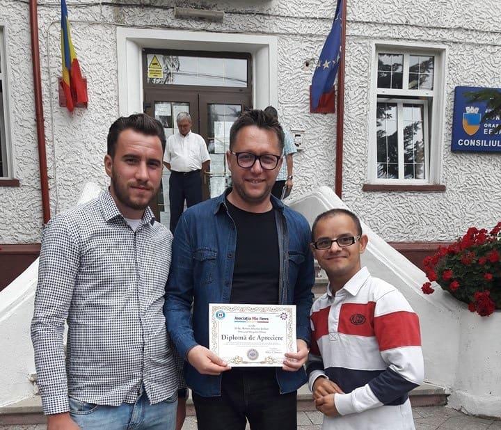 serban primeste diploma de la copii abandonati