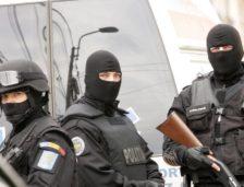 Cei 9 bărbați reținuți pentru șantaj, evaziune fiscală și înșelăciune au fost arestați