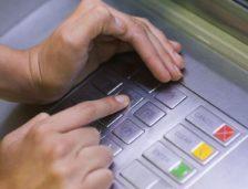 Arestați pentru fraude financiare! Au montat dispozitive de copiere a datelor de pe cardurile bancare!