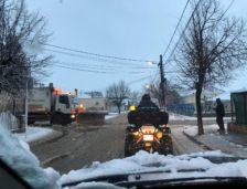 Mai multe utilaje Polaris M Holding înlătură zăpada de pe străzile din Mangalia