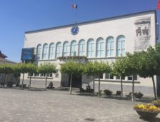 Un consilier din Cernavodă trăiește din salariul soției, care este… director în Primărie
