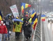 """Mii de români strigă în Piața Universității """"PSD – Ciuma roșie"""""""