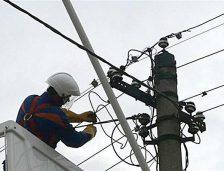 Distribuitorii de curent sunt obligaţi să extindă reţelele electrice când le-o cere un primar. Cine suportă costurile
