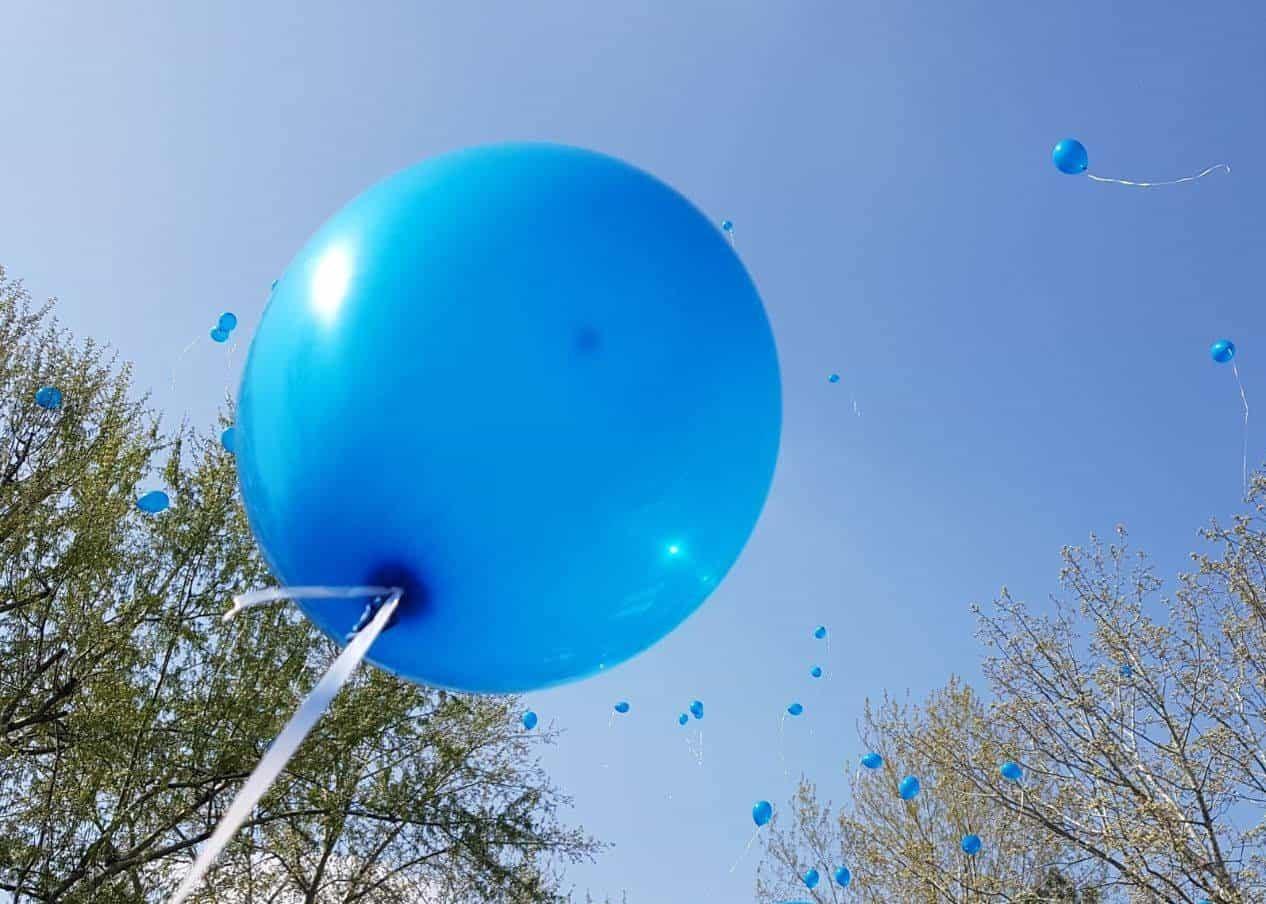 baloane albastre spre cer