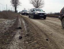 Raport INS: Peste o treime din drumurile României sunt pietruite şi de pământ