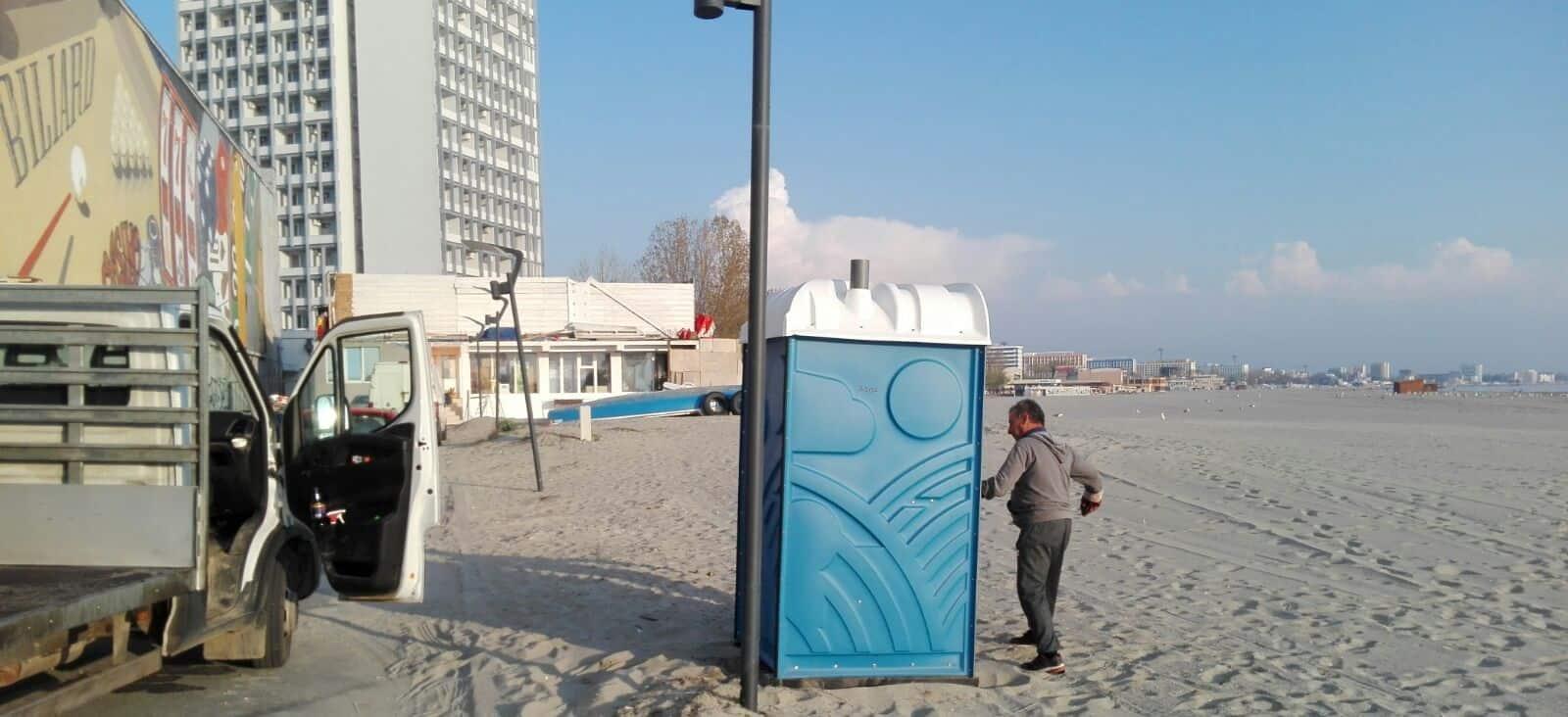 wc montat pe plaja