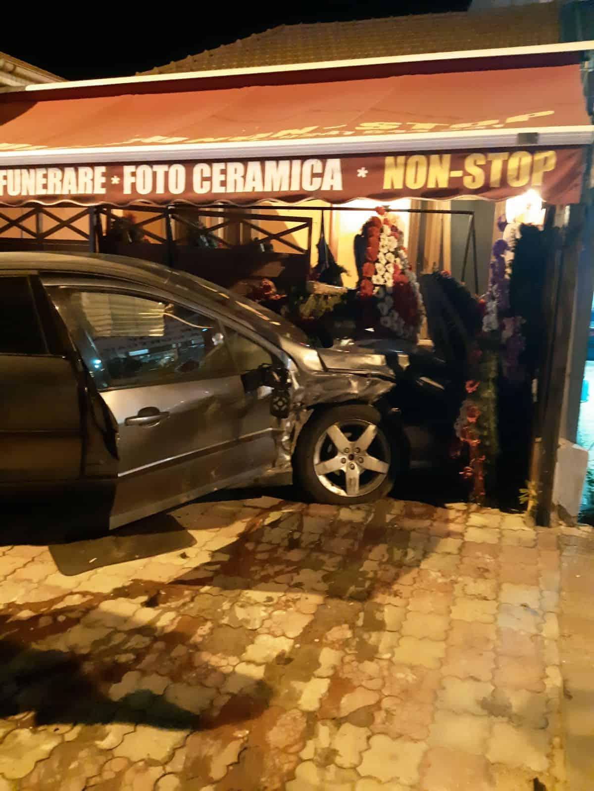 accident auto masina printre coroane