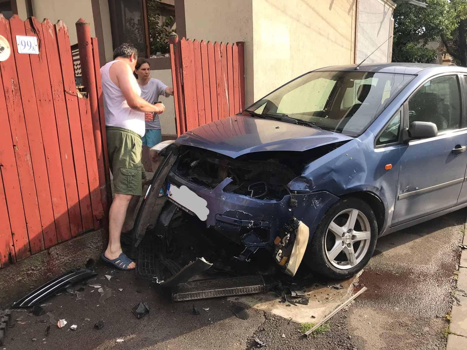 accident cu masina in poarta
