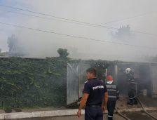 Incendiu puternic la Palazu Mare! Flăcările s-au extins de la o casă la alta