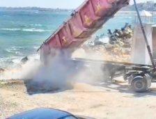 Video. Tone de piatră și resturi din construcții, vărsate pe malul mării, la Golful Pescarilor din Agigea