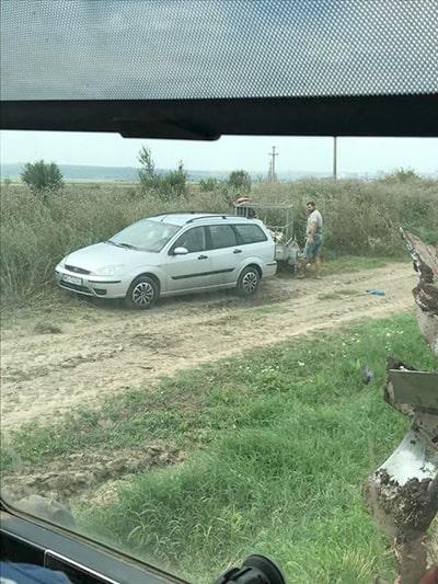 Gunoaie aruncate pe camp la Nisipari
