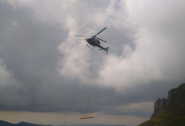 transport elicopterul materiale crucea caraiman